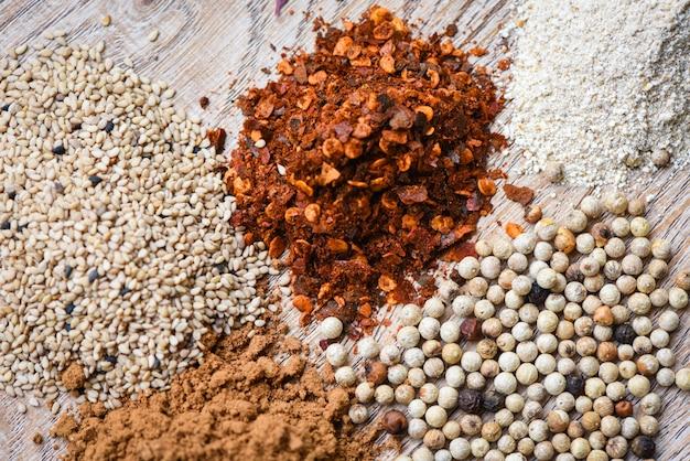 Liść mięty zioła i przyprawy wymieszaj nasiona sezamu pieprz cayenne papryka chili proszek