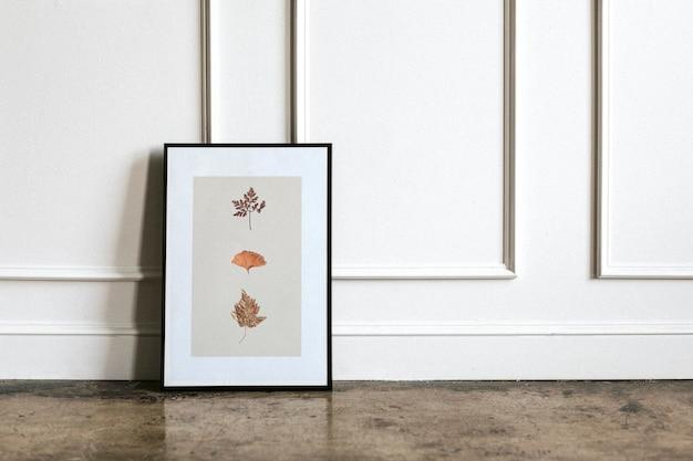 Liściasta rama przy białej ścianie
