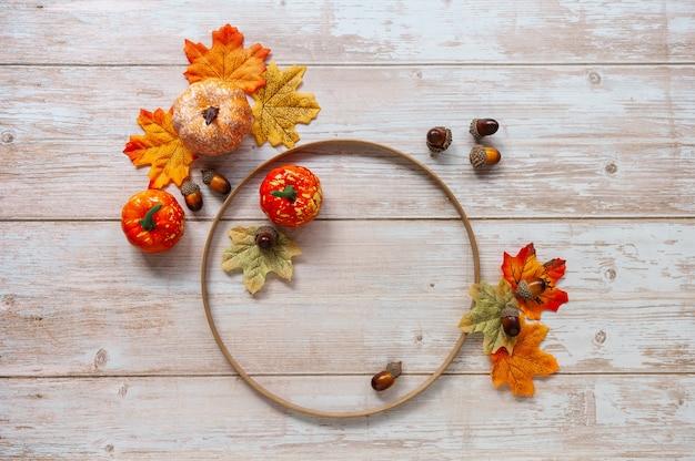 Liście dyni i żołędzie na drewnianym tle koncepcja święta dziękczynienia lub halloween