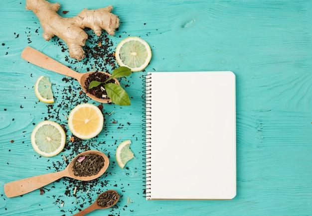 Liście herbaty i szablon notatnika