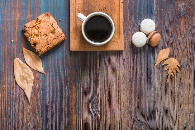 Liście i ciasto blisko kawy