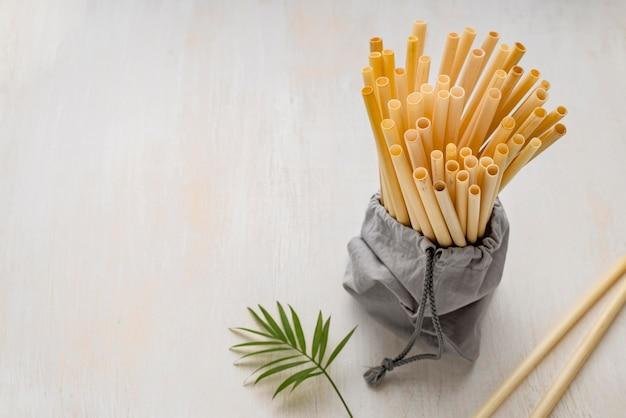 Liście i ekologiczne słomki bambusowe
