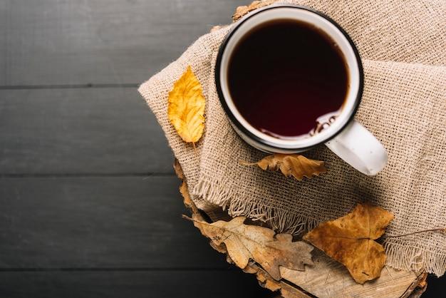 Liście i gorący napój na tkaninie