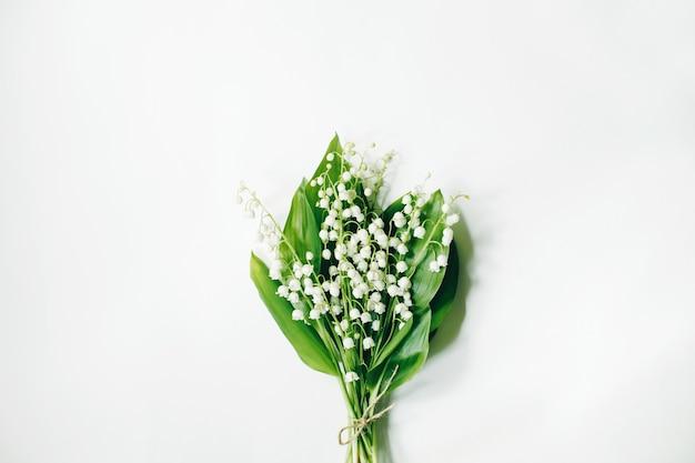 Liście konwalia na białej powierzchni