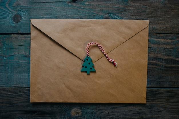 List do świętego mikołaja, koperta z drewnianym wystrojem bożonarodzeniowym w formie woskowej pieczęci