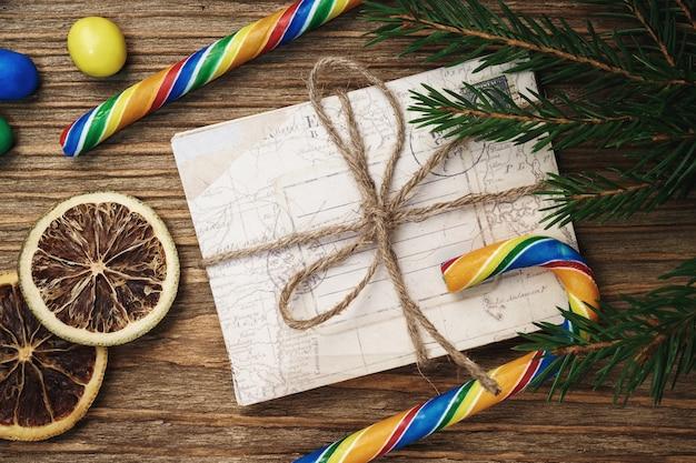 List do świętego mikołaja z cukierkami i cytrusami