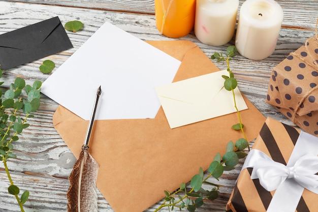 List do świętego mikołaja z papierem na drewniane tła
