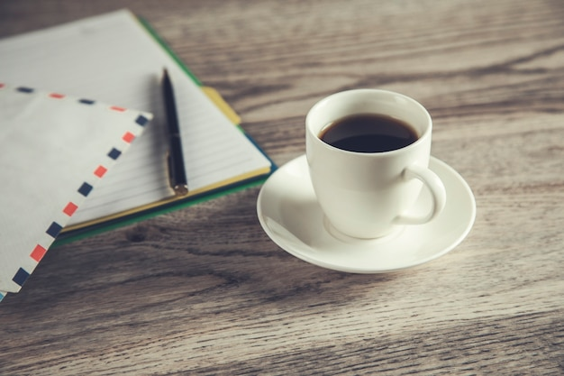 List i notatnik z kawą na stole