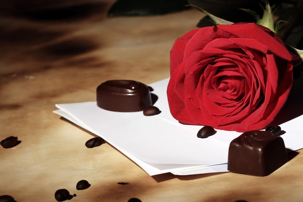 List miłosny i czerwona róża