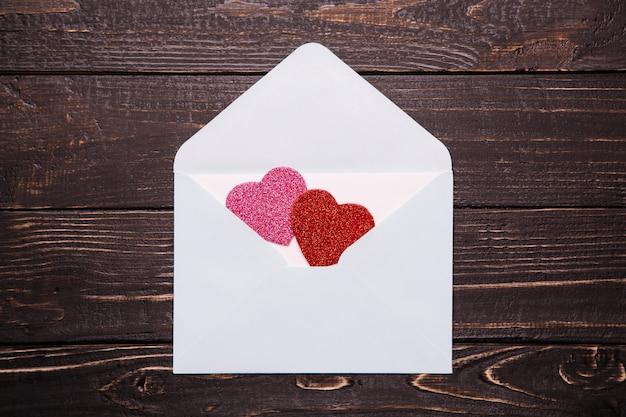 List miłosny na drewnianym stole