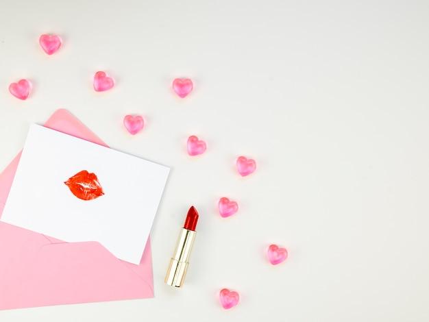 List miłosny otoczony cukierkami serca
