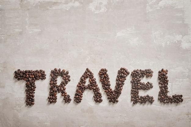 List podróżny z ziaren kawy na podłodze