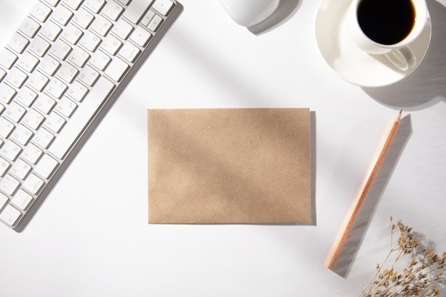 List z klawiaturą i filiżanką kawy na stole