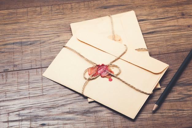 List z pieczęcią na stole