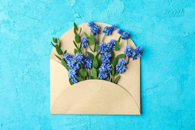 List ze świeżych hiacyntów na niebieskim stole, widok z góry