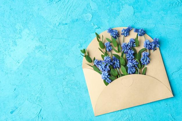 List ze świeżych hiacyntów na niebieskim stole