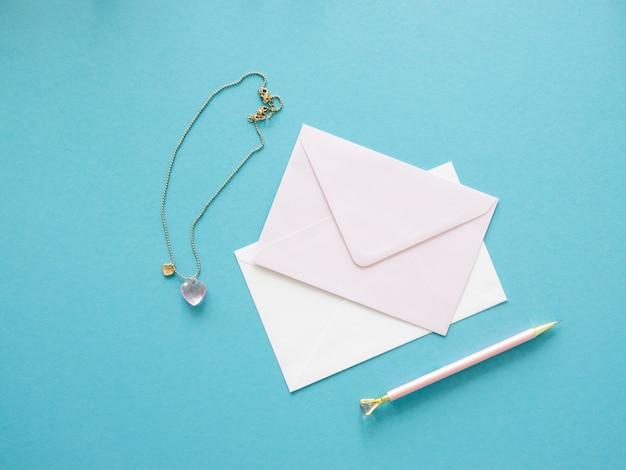 List życzeń ślubnych. koperta i biżuteria leżały płasko.