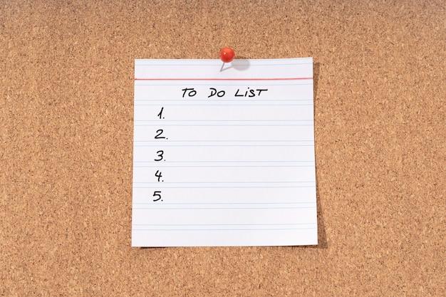 Lista rzeczy do zrobienia na tablicy korkowej