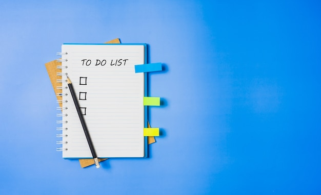Lista rzeczy do zrobienia w spiralnym notatniku. modne niebieskie tło, płaski styl świecki.