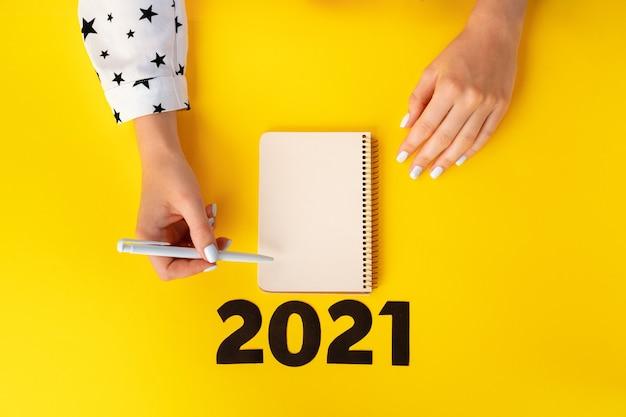 Lista rzeczy do zrobienia. widok z góry kobiecych rąk pisania w notesie