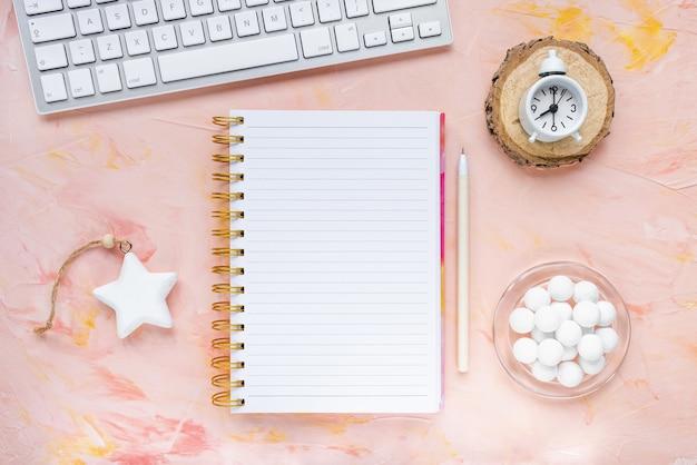 Lista zadań na zimę, zegar i klawiatura