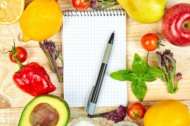 Lista zakupów, książka z przepisami, plan diety. jedzenie dietetyczne lub wegańskie.
