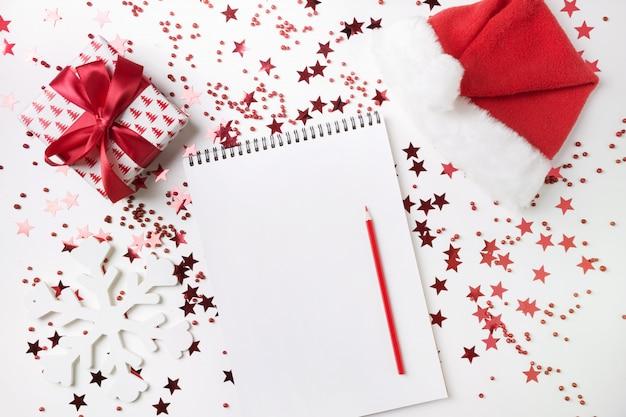 Lista życzeń na boże narodzenie i nowy rok. nowy plan na 2020 rok i lista rzeczy do zrobienia z czerwonym wystrojem świątecznym.