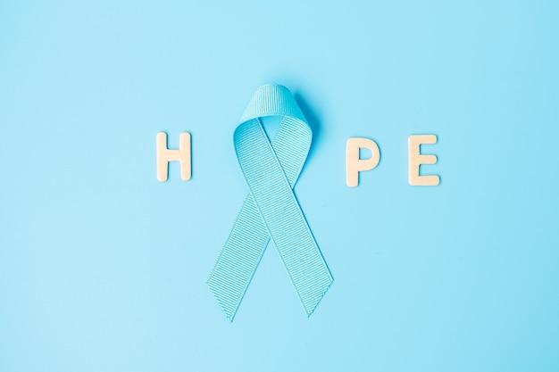 Listopad miesiąc świadomości raka prostaty, jasnoniebieska wstążka wspierająca ludzi żyjących i chorych. opieka zdrowotna, międzynarodowi mężczyźni, ojciec, światowy dzień raka i koncepcja światowego dnia cukrzycy