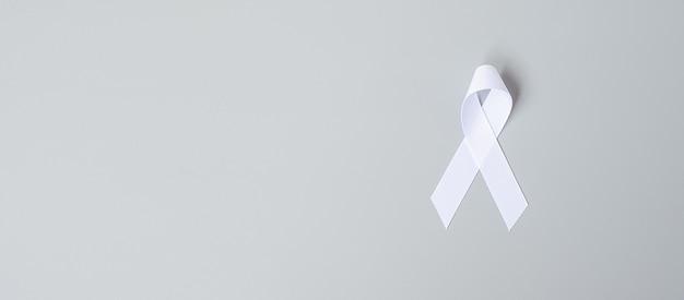 Listopadowy miesiąc świadomości raka płuc, dzień demokracji i międzynarodowy dzień pokoju. biała wstążka na szarym tle