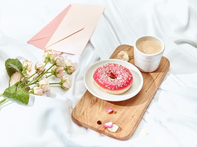 Listu miłosnego pojęcie na stole z kopertą