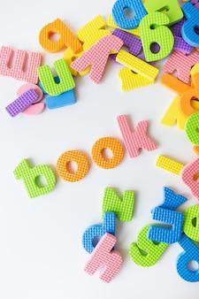 Listy do nauki dzieci w przedszkolu i napis na książkę