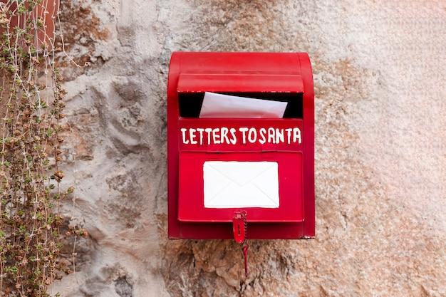 Listy do świątecznych dekoracji skrzynki pocztowej świętego mikołaja.