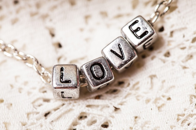 Listy miłosne na łańcuszku z bliska na koronce