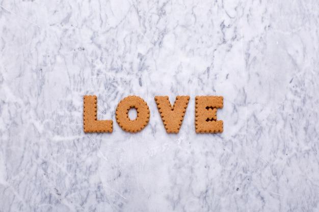 Listy smaczne ciasteczka miłość na marmurze