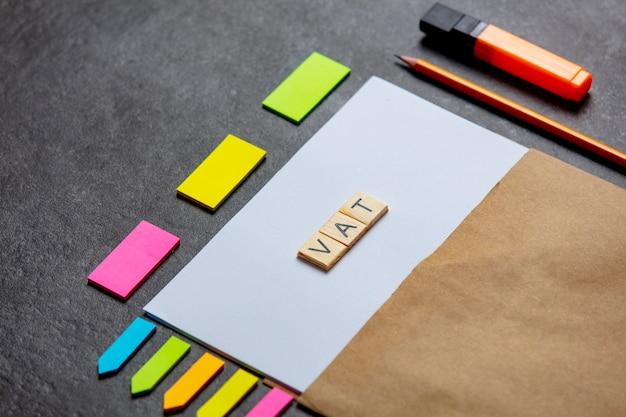 Listy vat na kartce papieru i notatki na stole