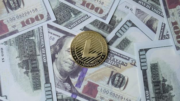 Lite moneta i banknot 100 dolarów w widoku z góry dla treści biznesowych