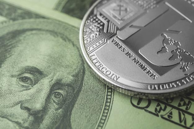 Litecoin i banknoty dolarowe zbliżenie tła, wymiana kryptowalut i handel, nowe zdjęcie koncepcji wirtualnych pieniędzy