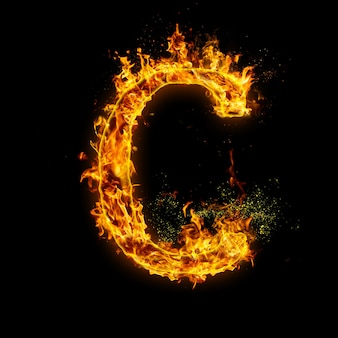 Litera c. płomienie ognia na czarnym, realistyczny efekt ognia z iskrami.