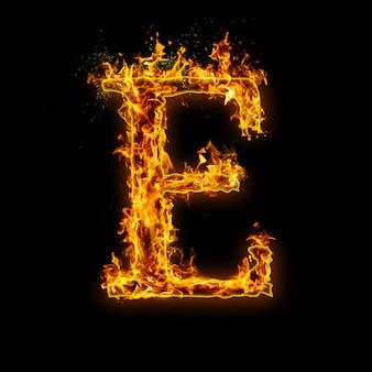 Litera e. płomienie ognia na czarnym, realistyczny efekt ognia z iskrami.