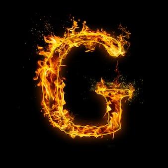 Litera g. płomienie ognia na czarnym, realistyczny efekt ognia z iskrami.
