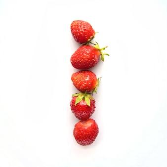 Litera i alfabetu angielskiego czerwonych świeżych truskawek na białym tle