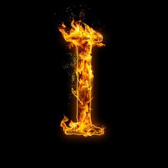 Litera i. płomienie ognia na czarnym, realistyczny efekt ognia z iskrami.