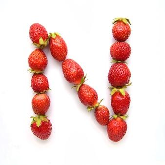 Litera n alfabetu angielskiego czerwonych świeżych truskawek na białym tle