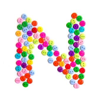 Litera n alfabetu angielskiego z grupy kolorowych małych przycisków na białym tle