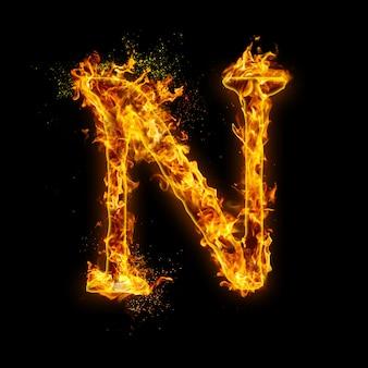 Litera n. płomienie ognia na czarnym, realistyczny efekt ognia z iskrami.