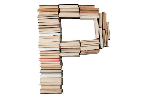 Litera p z książek na białym tle