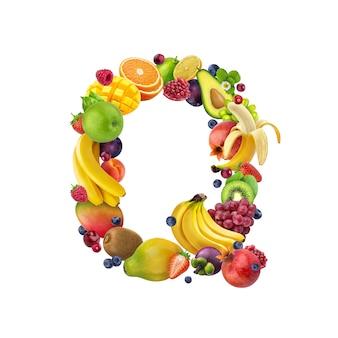 Litera q wykonana z różnych owoców tropikalnych i jagód