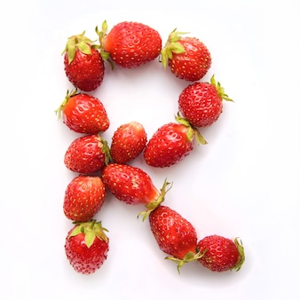 Litera r alfabetu angielskiego czerwonych świeżych truskawek na białym tle