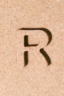 Litera r piasku na plaży piasek koncepcja alfabetu letniego