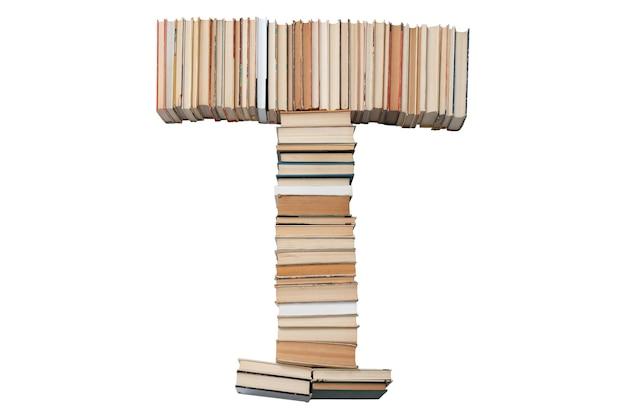 Litera t wykonana z książek na białym tle
